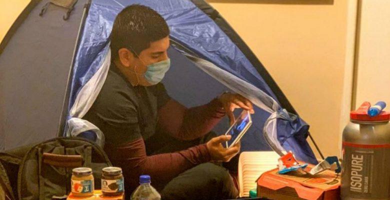 Médico duerme en casa de campaña para proteger a su esposa
