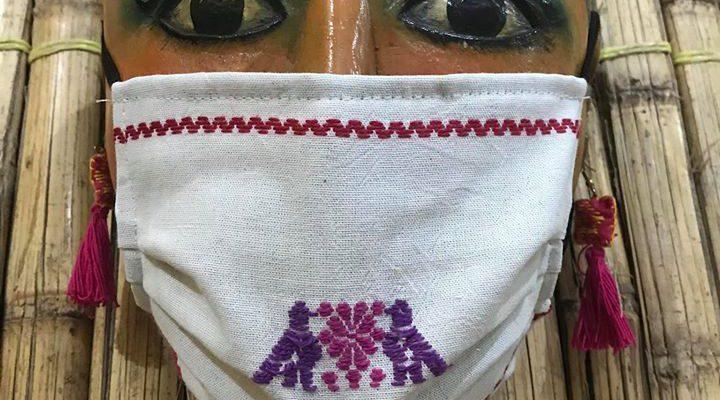 Artesanos de Puebla venden cubrebocas bordados para subsisitir