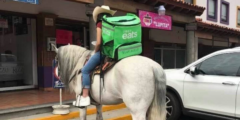 Repartidora de Uber Eats entrega sus pedidos en caballo