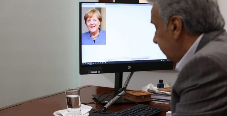 """Presidente de Ecuador presume """"llamada"""" con Merkel y lo tunden con memes"""