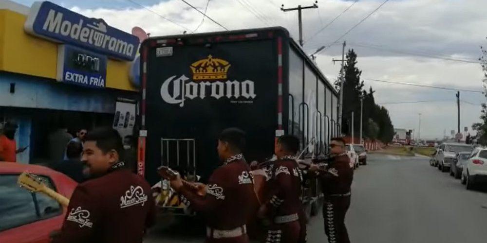Con mariachis reciben a camión de cervezas en Coahuila (VIDEO)