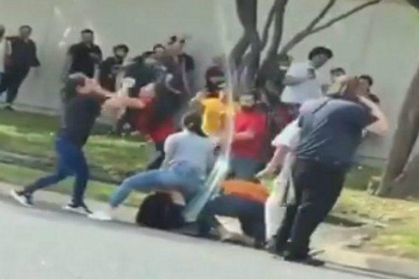 Reabren tienda de ropa y se pelean por un lugar para entrar