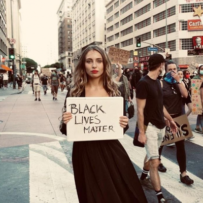 Influencer posa en medio de una protesta y le llueven críticas