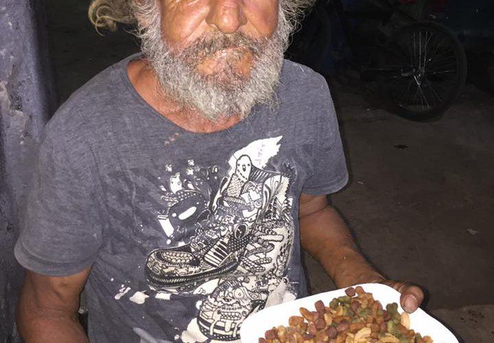 Abuelito pide un plato de comida y le dan croquetas con arroz
