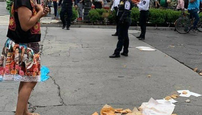 Policías de CDMX le tiran su mercancía a Lady Tacos de Canasta