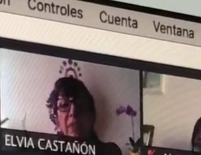 Maestra menosprecia a alumno por tomar clases en cibercafé