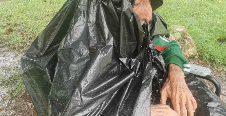 Captan a abuelito vendiendo periódicos en medio de la tormenta Gamma