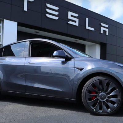 Compra un Tesla y al salir de la agencia se le vuela el techo