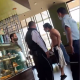 Cliente se quita la camisa e intenta golpear a empleado de Starbucks