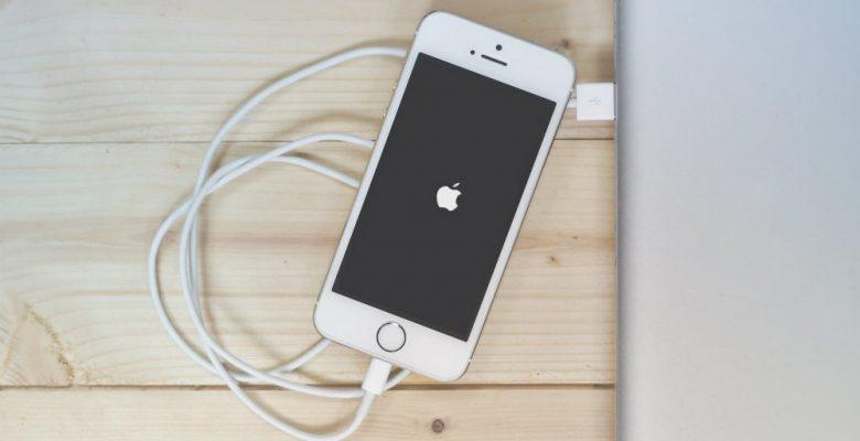 Apple baja los precios de sus audífonos y cargadores tras las críticas