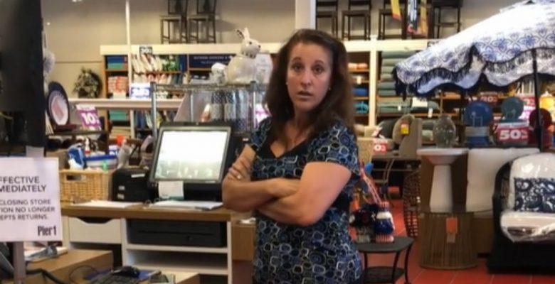 Mujer le tose en la cara a una paciente con cáncer