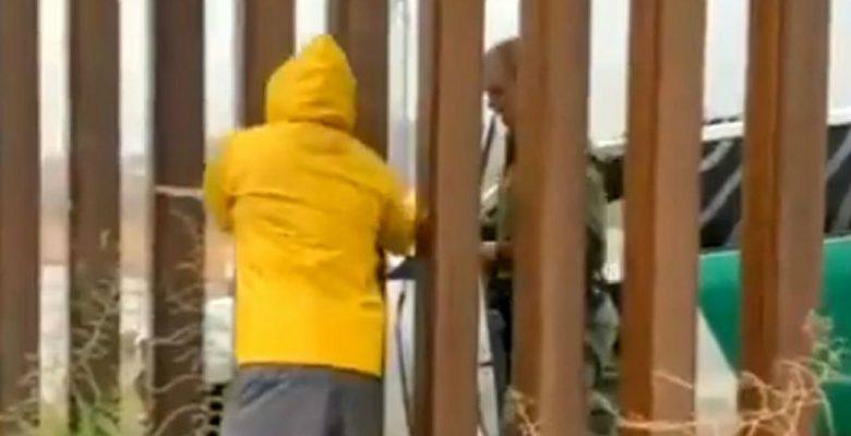 Captan a agente de la migra comprándole tamales a un mexicano