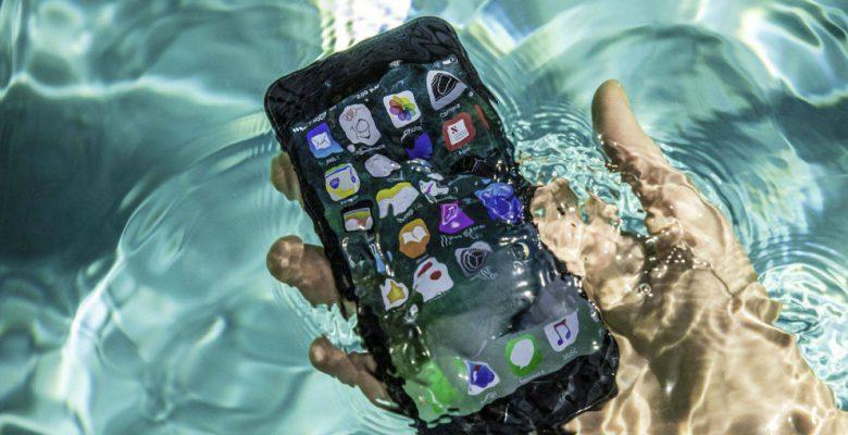 Multan a Apple por mentir sobre la resistencia al agua de los iPhone