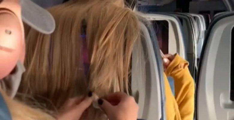 Le pega un chicle en el cabello a pasajera de un avión