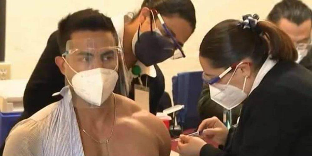 Médico fitness se hace viral tras recibir vacuna contra COVID-19