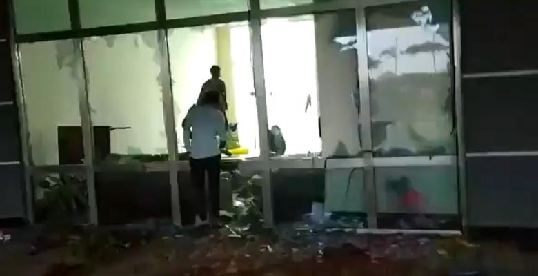 Trabajadores destruyen fábrica de iPhones por falta de pago