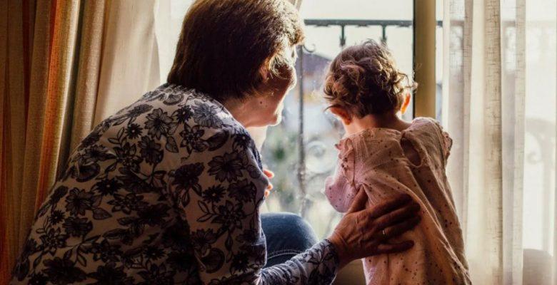 """""""No soy guardería"""", abuelita cobra 200 la hora por cuidar a su nieto"""
