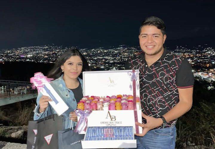 Joven presume que su novio le regaló rosas y 30 mil pesos de cumpleaños