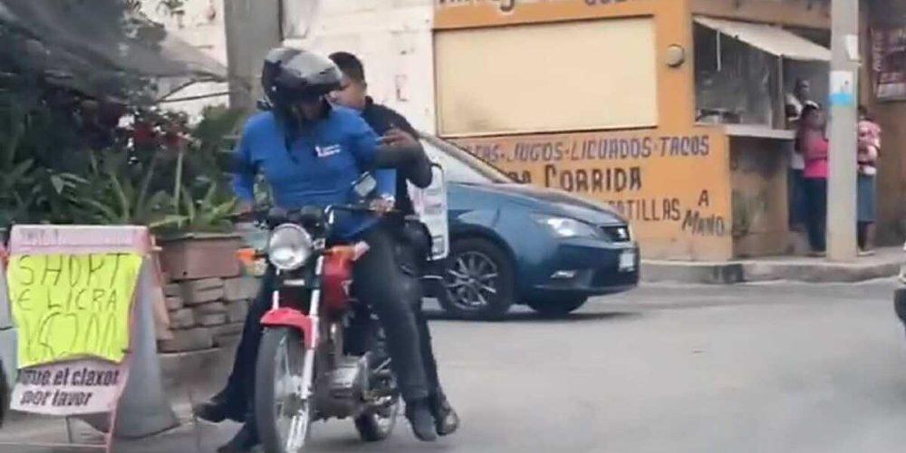 Repartidor le da un aventón a policía para atrapar a delincuentes