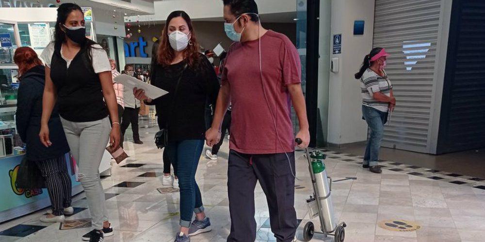 Critican a hombre por ir a centro comercial con tanque de oxígeno