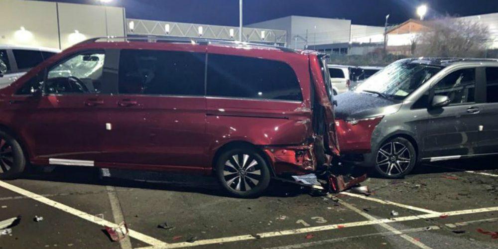 Despiden a empleado de Mercedes-Benz y les choca 50 camionetas