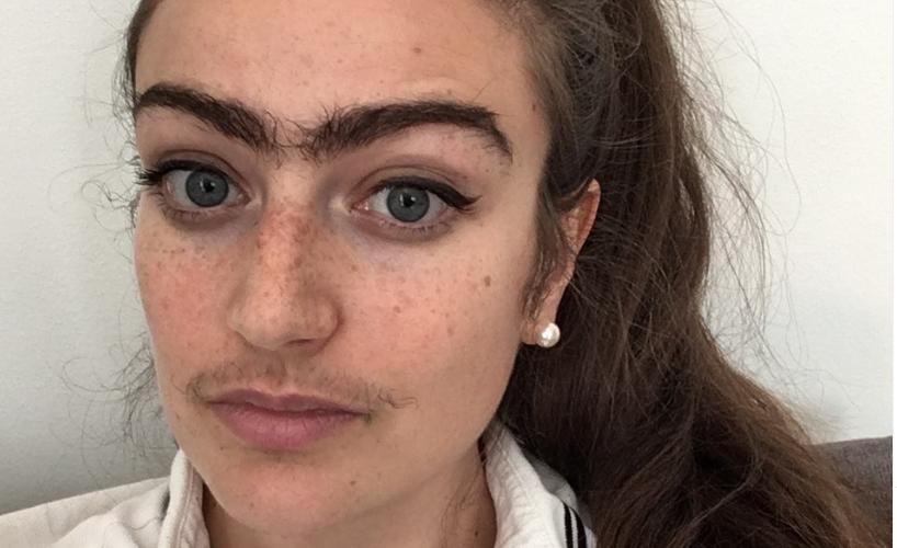 Joven muestra su cambio tras un año sin depilarse