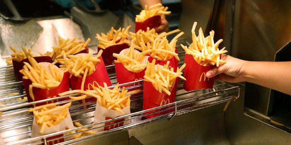 """Empleados de McDonald's muestran el """"engaño"""" en el tamaño de las papas"""