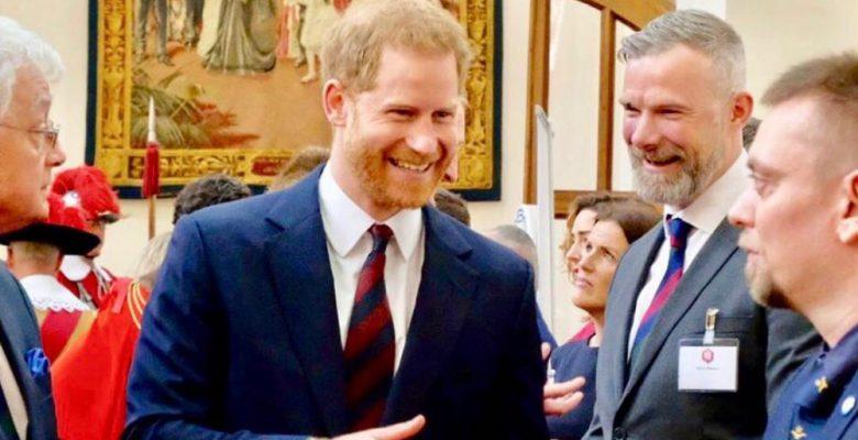 """Harry pide a sus compañeros de trabajo que no lo llamen """"príncipe"""""""