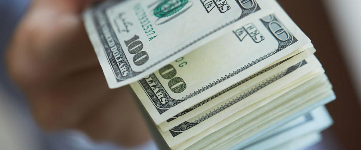 Por accidente, el banco le deposita 1 mdd y se niega a devolverlos