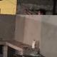 Mujer moja con una manguera a vecinos que organizaron fiesta