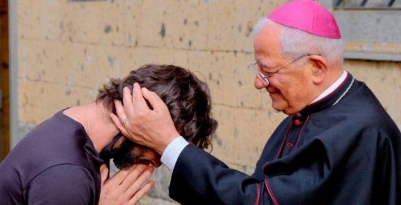 En plena misa, sacerdote anuncia que se enamoró y deja la Iglesia