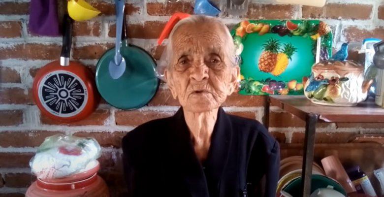 Abuelita pide que vean sus videos en YouTube para vivir de eso