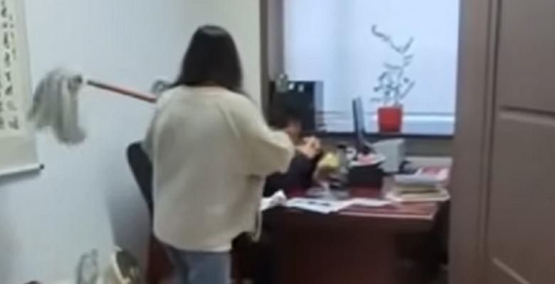 Mujer golpea a su jefe con un trapeador por acosarla