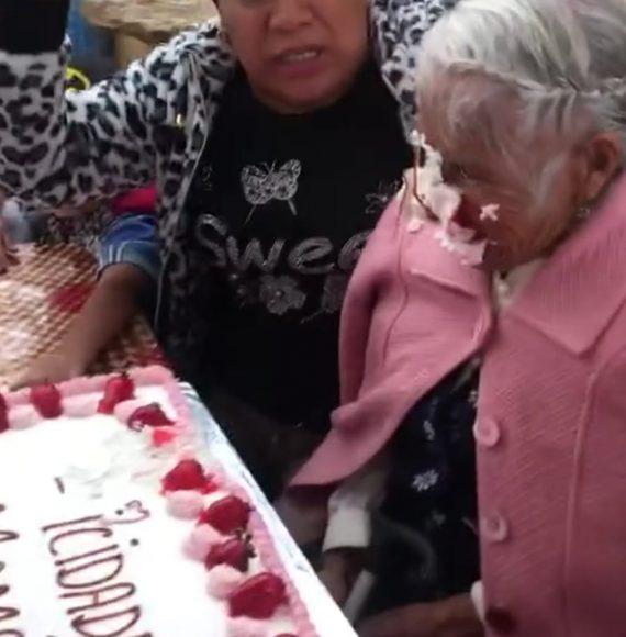 Indigna video de familia empujando a su abuelita contra el pastel