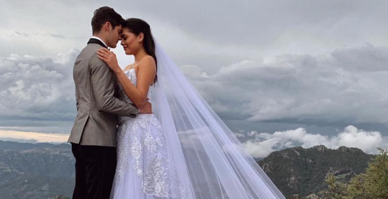Piden quitarle la corona a Andrea Meza por fotos vestida de novia