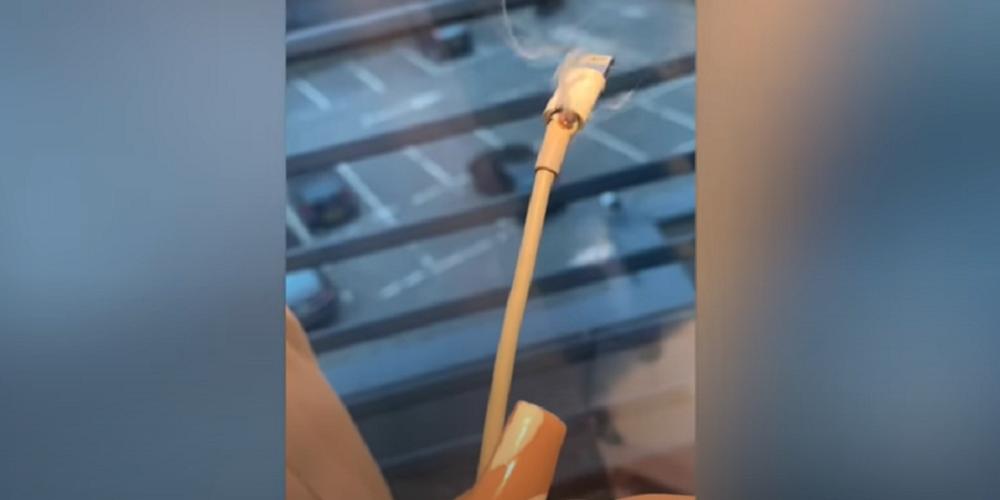Le explota el cargador de su celular y casi la deja ciega