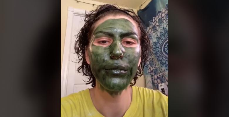 Usó una mascarilla antes de su entrevista de trabajo y le quedó la cara verde