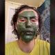 Se pone una mascarilla de clorofila y acaba con la cara verde