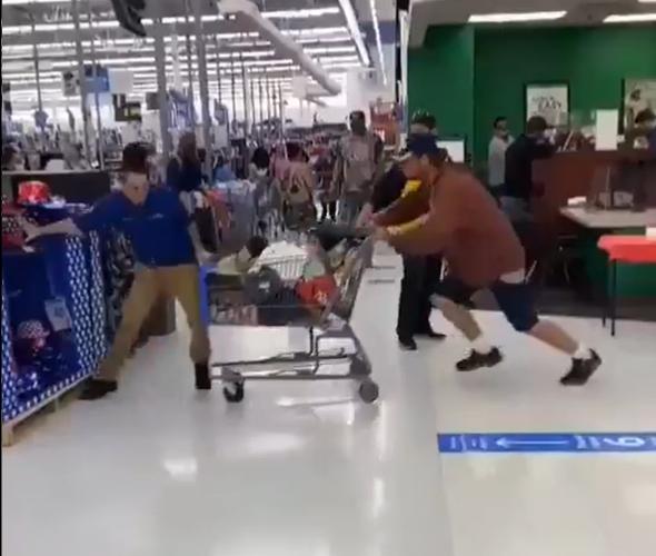 Empleado de Walmart noquea a un cliente que le escupió