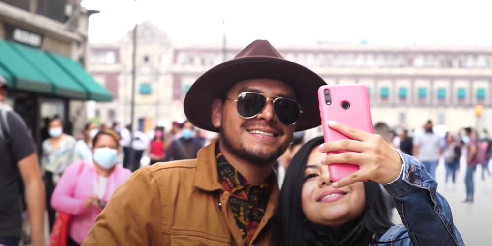 Joven se disfraza de Christian Nodal y fans le piden fotos