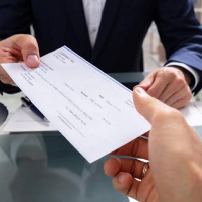 Joven intenta depositar un cheque falso por más de un millón de pesos