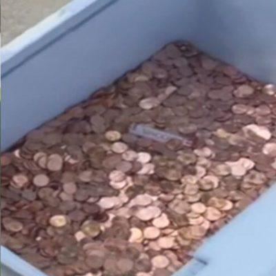 Padre paga la pensión alimenticia de su hija con 80 mil centavos