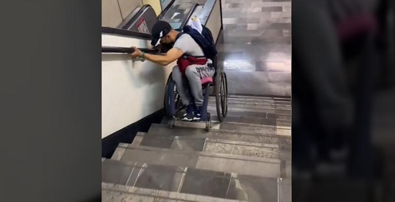 Joven en silla de ruedas muestra cómo baja las escaleras del Metro