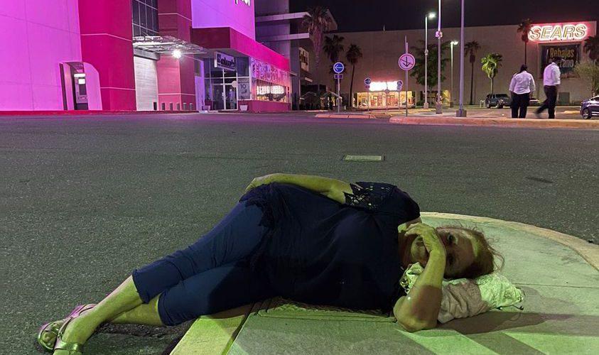 Pierde su boleto de estacionamiento y duerme afuera de la plaza