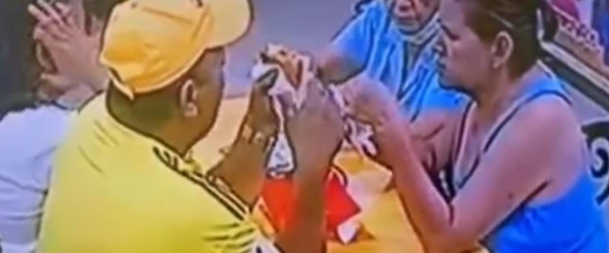 Clientes le ponen un pelo a su comida para no pagar la cuenta