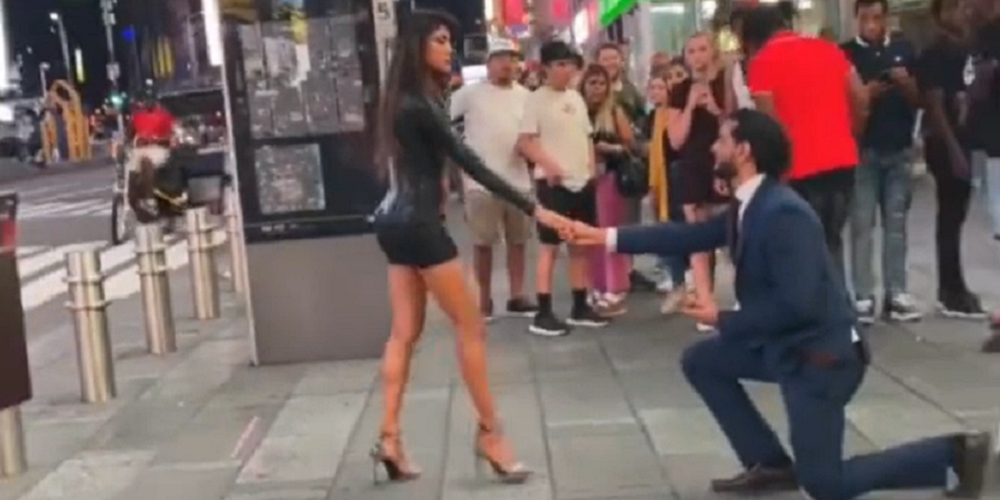 Le pide matrimonio en medio de la calle y ella lo rechaza
