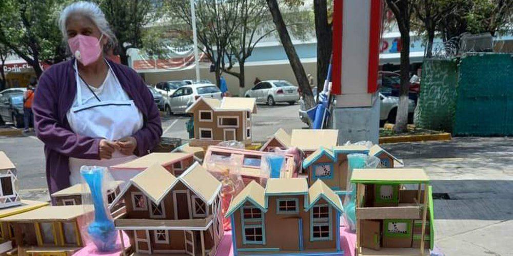 Abuelita fabrica casitas de cartón y las cambia por despensas