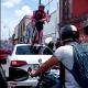Ciclista pasa encima de un auto que transitaba por la ciclovía