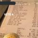 Mesero exhibe a clientes que le dejaron una propina de 7 pesos