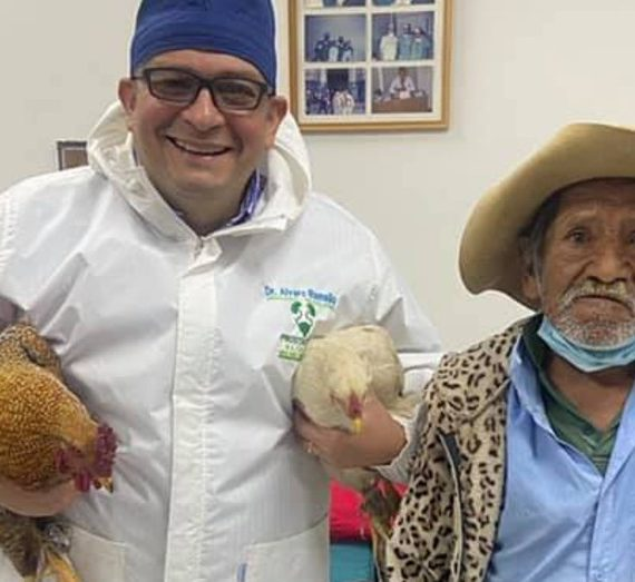 Abuelito de bajos recursos paga su operación con dos gallinas